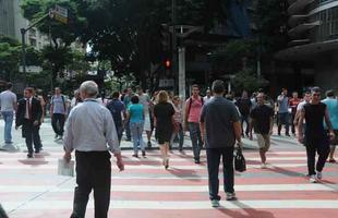 Pedestres atravessam na faixa com sinal fechado para pedestres na Av Amazonas com Av Afonso Pena, Pca Sete