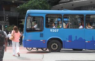 Veiculos estacionam na faixa de pedestres na avenida Amazonas, esquina com avenida Afonso Pena, Praca Sete, BH