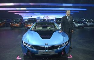 CEO da BMW, Norbert Reithofer, posa ao lado do híbrido esportivo i8