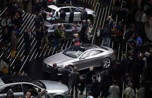 Visitantes observam veículos da Mercedes-Benz em Frankfurt