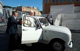 Papa Francisco ganha Renault 1984 de religioso italiano