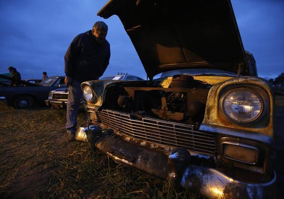 Ray Lambrecht cultivava um hábito excêntrico: ao final de cada ano, os veículos não-vendidos eram guardados num armazém, numa fazenda e em outros pontos da cidade