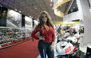 Modelos dividem as atenções com as motos no Salão Duas Rodas
