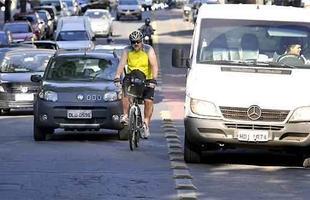 Furgão estacionado na ciclovia fazendo descarga, força o ciclista a desviar para a rua na Savassi