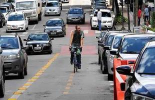 No quarteirão da Rua Fernandes Tourinho, entre ruas da Bahia e Espírito Santo, ciclista fica entre veículos estacionados e o trânsito intenso