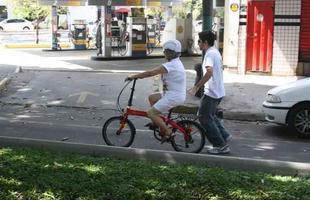 Bike Anjo BH: trabalho voluntário ensina pessoas a andarem de bicicleta
