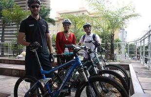 Gustavo, Maria Inácia e Pedro deixam o carro em casa e usam a bike durante a semana