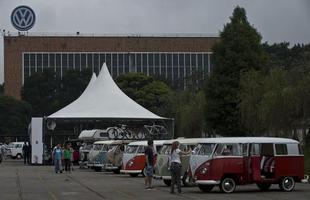 Admiradores se reúnem na fábrica da Volkswagen para se despedir da Kombi