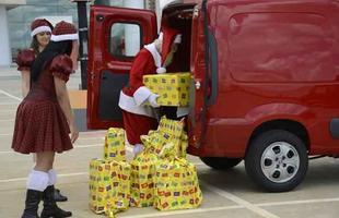 Papai Noel conferiu o espaço de carga da nova Fiat Fiorino (Foto: Thiago Ventura/EM/D.A Press)