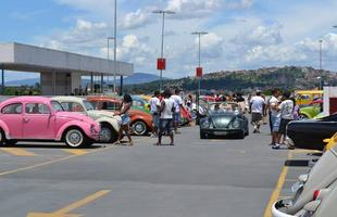 De modelos originais com placa preta até carros personalizados, encontro levou admiradores do Fusca a shopping de BH