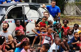 Amigos franceses cruzam as Américas até chegar ao Brasil para a Copa do Mundo em um Citroën 2CV