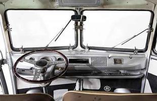 Volkswagen Kombi DeLuxe Samba possui porta duplas nas duas laterais