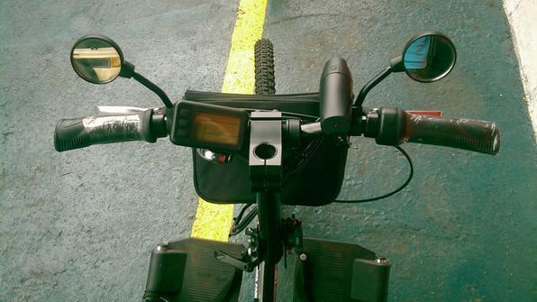 Equipamento com motor elétrico que é acoplado à cadeira de rodas, transformando-a em um triciclo