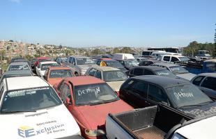 Só em Belo Horizonte, são 13.026 veículos apreendidos. A maioria fica exposta ao sol, chuva e poeira por anos a fio