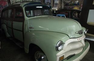 Coleção impressiona com diversos itens históricos e carros raros utilizados no cinema