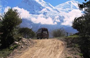 A Kombi Açaí em uma estrada de terra em Cordilheira Branca, no Peru