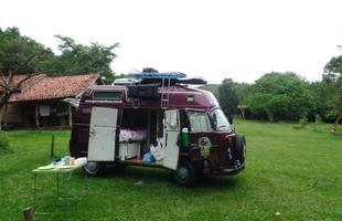 O veículo estacionando em um camping em Delfinópolis, Minas Gerais, primeiro destino do casal depois de sair de São Paulo