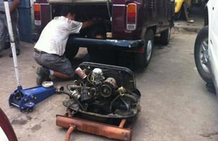 No Equador, onde o veículo estragou, durante o conserto