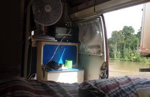 A vista de dentro da Kombi na Amazônia