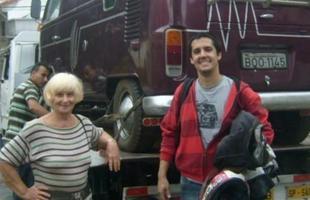 Gustavo Leite e Maragarida Baranyi, a antiga dona da Kombi, em São Paulo,  no dia que foi retirada da garagem