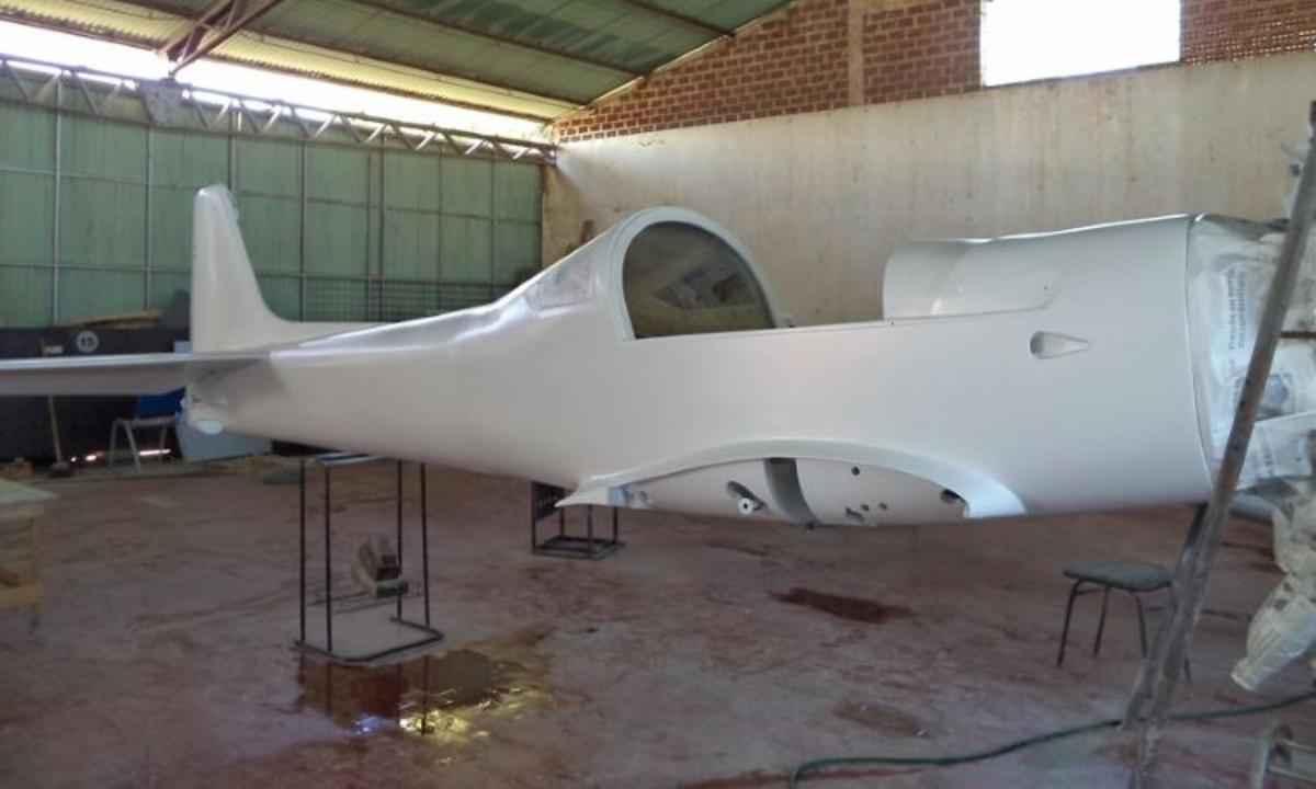 Já num galpão fechado começou a ser montada a fuselagem