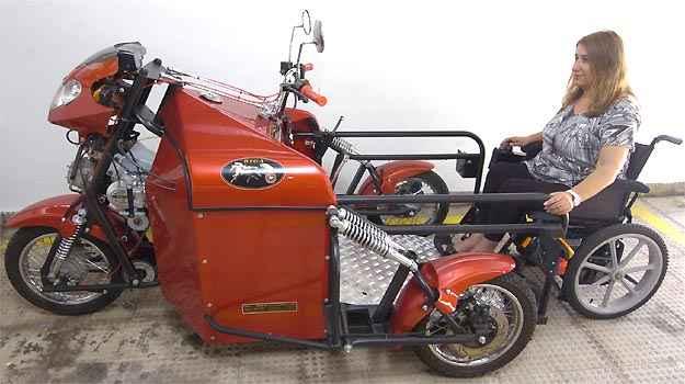 Rampa reclina para acesso da cadeira de rodas e, em seguida, é travada para evitar acidentes, mas não há fechamento na traseira    -