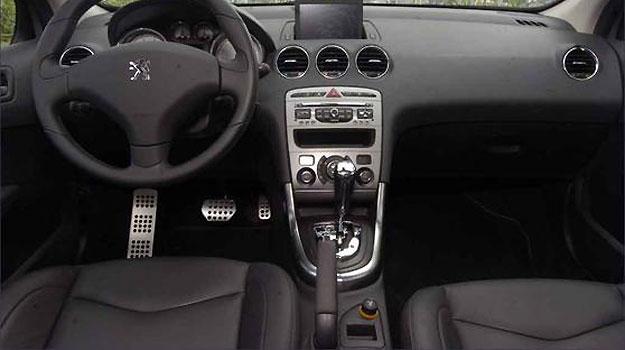 A maioria dos comandos está ao alcance das mãos no Peugeot, que tem tela no painel - Maria Tereza Correa/EM/DA Press