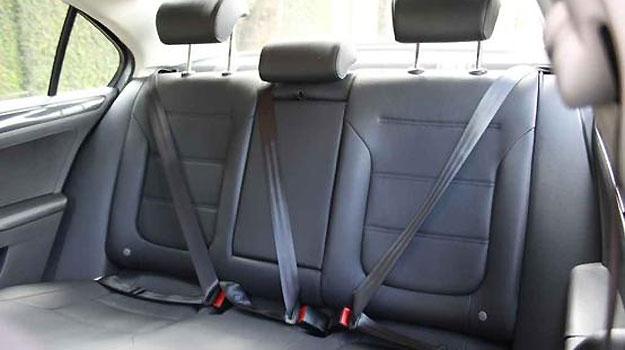 ... e no Jetta, mas o espaço em largura e altura é maior no Peugeot - Marlos Ney Vidal/EM/DA Press