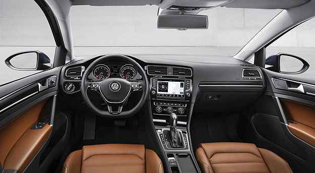 Interior bicolor da versão Highline do novo Golf (Volkswagen/Divulgação)