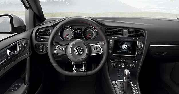 Interior do Golf GTI tem acabamento preto e volante com costuras em vermelho (Volkswagen/Divulgação)