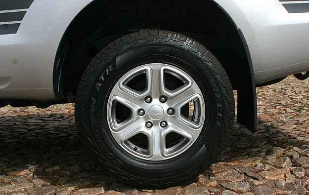 Rodas de 17 polegadas têm desenho esportivo e calçam pneus de uso misto - Paulo Henrique Vivas/Esp.EM/D.A Press