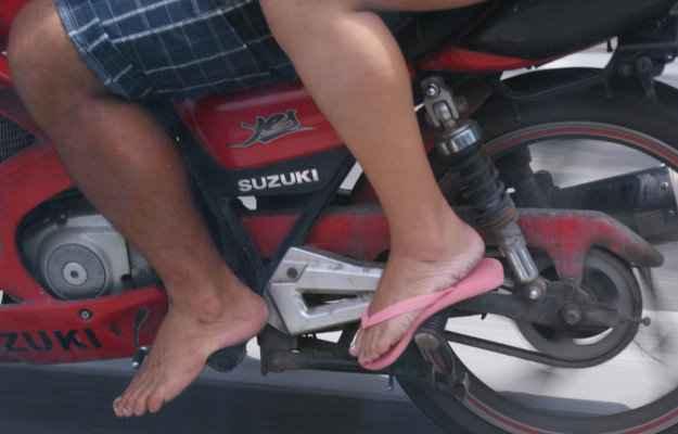 Falta de segurança: brecha na lei permite pilotagem de moto à pés descalços