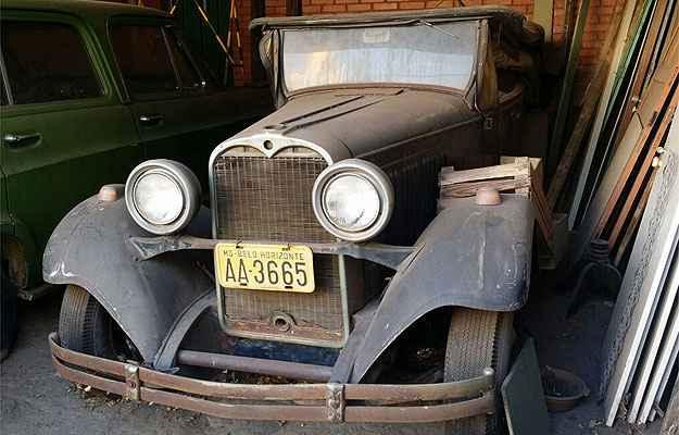 Dodge 1929 e Chevrolet Veraneio 1976 estão esquecidos em garagem de BH