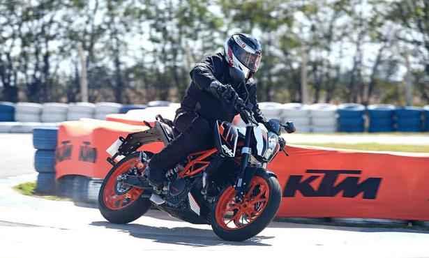 KTM 390 Duke é uma moto pequena que satisfaz
