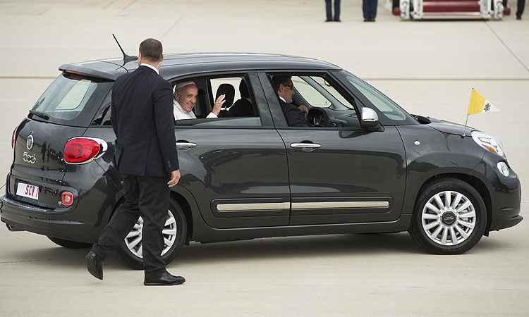 Papa Francisco surpreende e usa Fiat 500L nos Estados Unidos