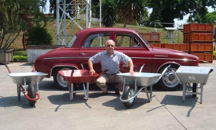 Marca Gordini é mantida em família de carrinhos de mão produzida em Minas