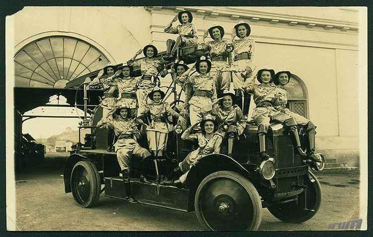 Bloco das Pequenas, no Carnaval de 1935, com as moças fardadas de bombeiro - Museu Abílio Barreto