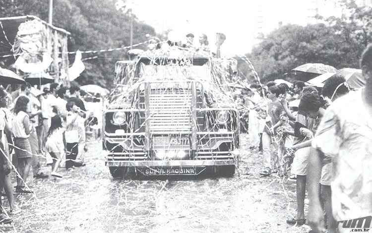 Desfile de carro alegórico durante o Carnaval de 1987  -  Paulo Filgueiras/Estado de Minas - 05/02/1987