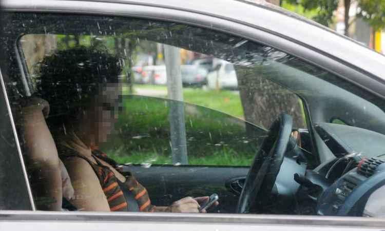 Motorista usa o telefone enquanto diriga. Prática se tornou hábito perigoso - Euler Júnior/EM/D.A Press