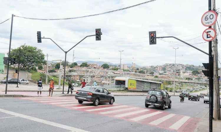 Avanço de sinal na Antônio Carlos. Condutores abusam da desobediência às leis de trânsito - Euler Júnior/EM/D.A Press