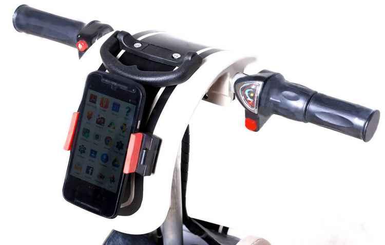 No lugar do painel, Rolé utiliza smartphone; com ajuda de aplicativos é possível calcular velocidade, rotas e ouvir música - Alcoa/Divulgação