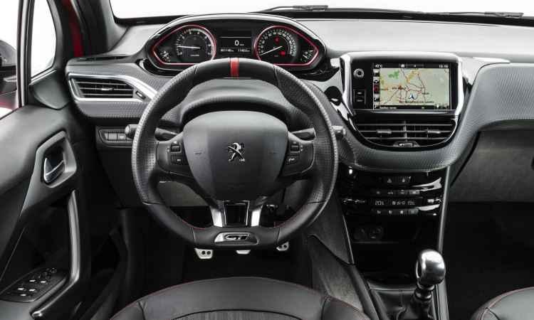 Painel na nova versão GT: central multimídia de 7 polegadas e iluminação central em branco - Peugeot/Divulgação