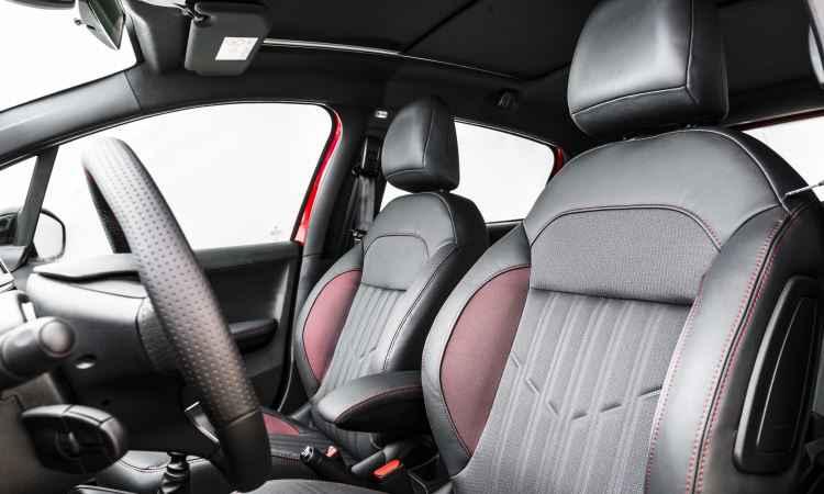 Interior do GT traz bancos envolventes de costura vermelha e soleiras nas portas dianteiras - Peugeot/Divulgação