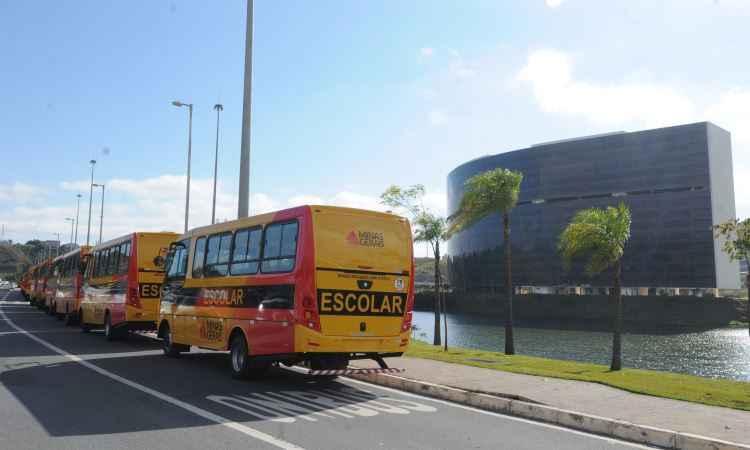 Metade de 400 micro-ônibus escolares para Minas foram entregues hoje em BH - Jair Amaral/EM/D.A Press
