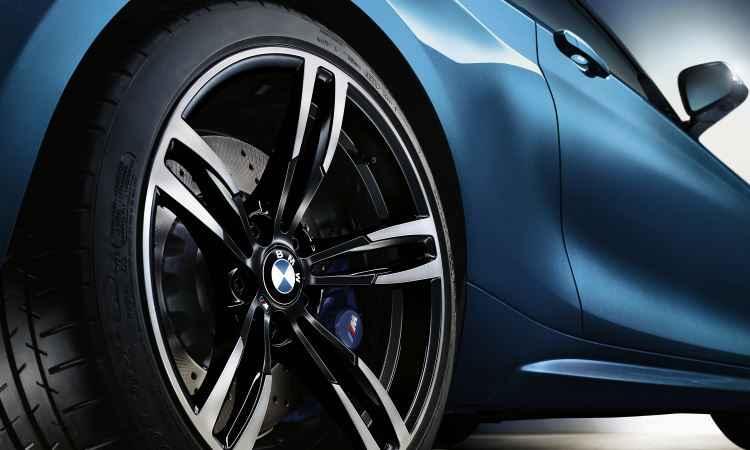 Roda traseira aro 19, com pneus mais largos - Uwe Fischer/BMW/Divulgação