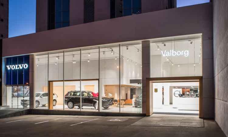 Fachada de vidro transparente e translúcido que valoriza o showroom ao centro - Volvo/Divulgação