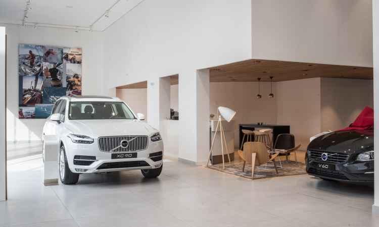 No show-room, lounge com móveis de design escandinavo, com os carros da marca - Volvo/Divulgação