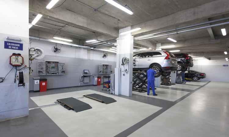Na oficina, cliente é recebido por técnicos que explicam o serviço a ser executado - Volvo/Divulgação