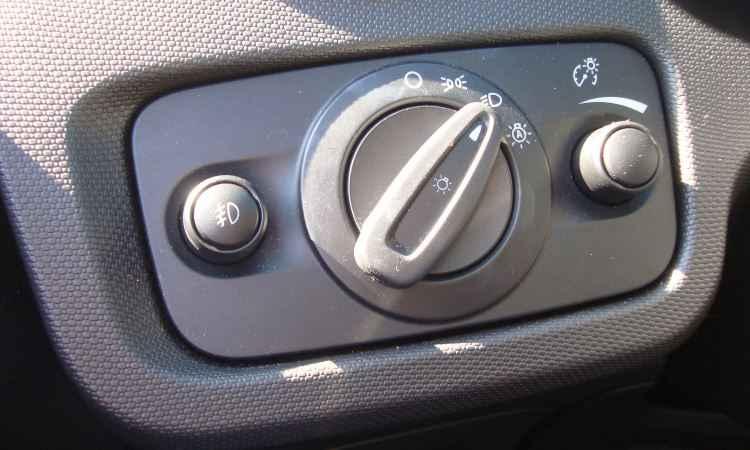 Certo e errado: deixar o botão giratório na função automática (sensor crepuscular) acarreta multa - Bruno Freitas/EM/D.A Press