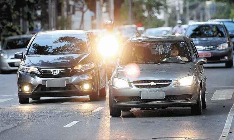 Luz diurna ainda está longe de ser adotada pela maioria dos carros à venda no Brasil